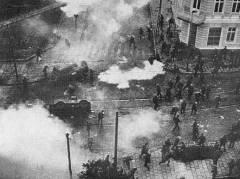 Gdansk, 16. joulukuuta 1970. Ty�l�isten mielenosoitus murskattiin tankein. 45 kuollutta.